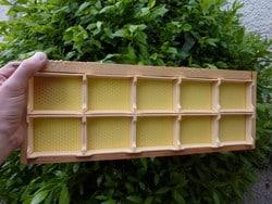 Miel en rayon, préparation des sections avec de la cire gaufrée